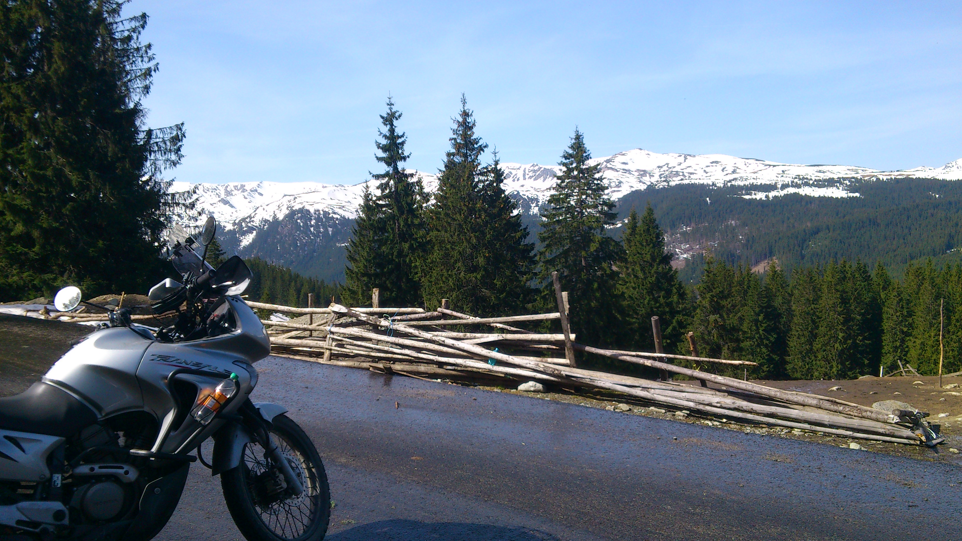 widok na ośnieżone góry w Rumunii